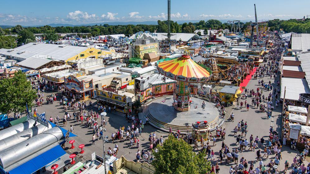 Zahlreiche Fahrgeschäfte und Bierzelte am Straubinger Gäubodenvolksfest. | Bild:picture alliance/Armin Weigel/dpa