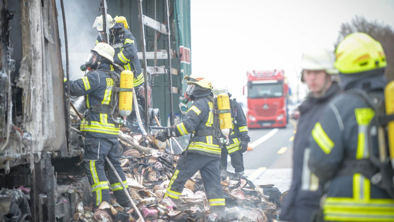 Mit Feuerlöschern beladener Lkw auf A3 ausgebrannt