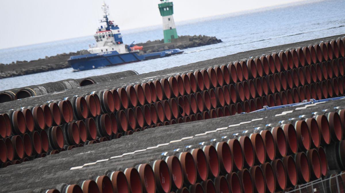 Rohre für den Pipelinebau lagern im Januar 2021 auf der Insel Rügen.