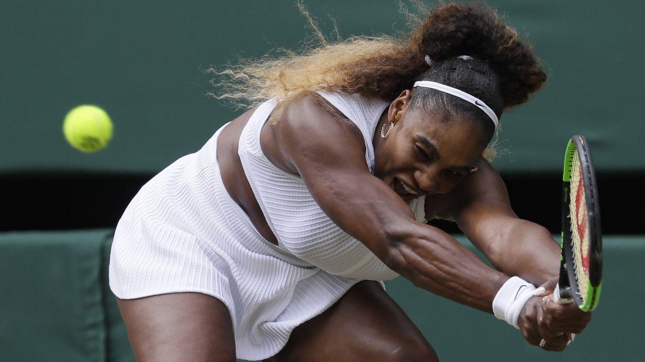 Serena Williams spielt einen Ballwechsel im Viertelfinale in Wimbledon.
