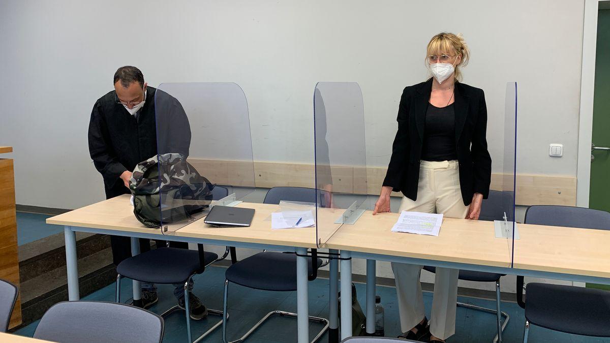 In Rosenheim steht eine junge Frau vor dem Amtsgericht. Sie hat ihrem seit vielen Jahren heroinabhängigen Bruder Substitutionstabletten in die JVA Bernau geschmuggelt.