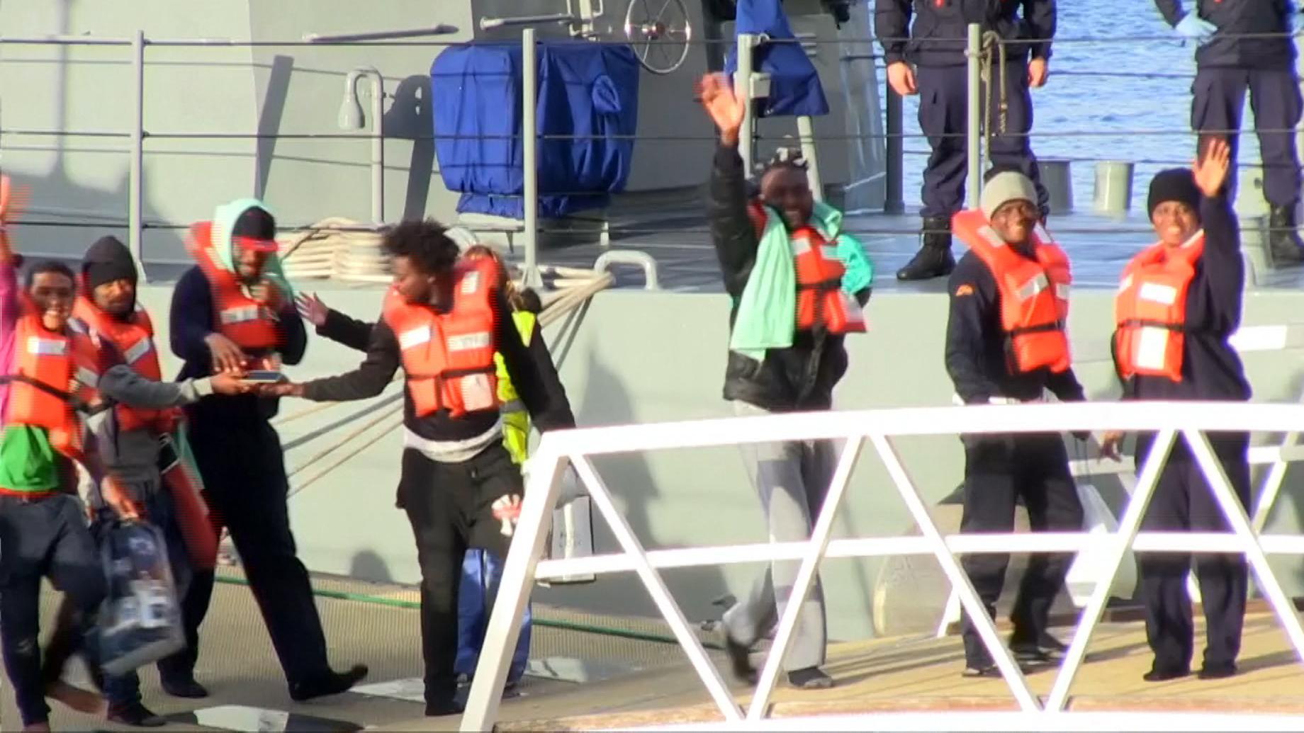 Das zermürbende Warten von 49 Flüchtlingen auf zwei deutschen Rettungsschiffen vor der Küste Maltas hat ein Ende: Sie durften nach Wochen des Wartens in Maltas Hauptstadt Valletta an Land.
