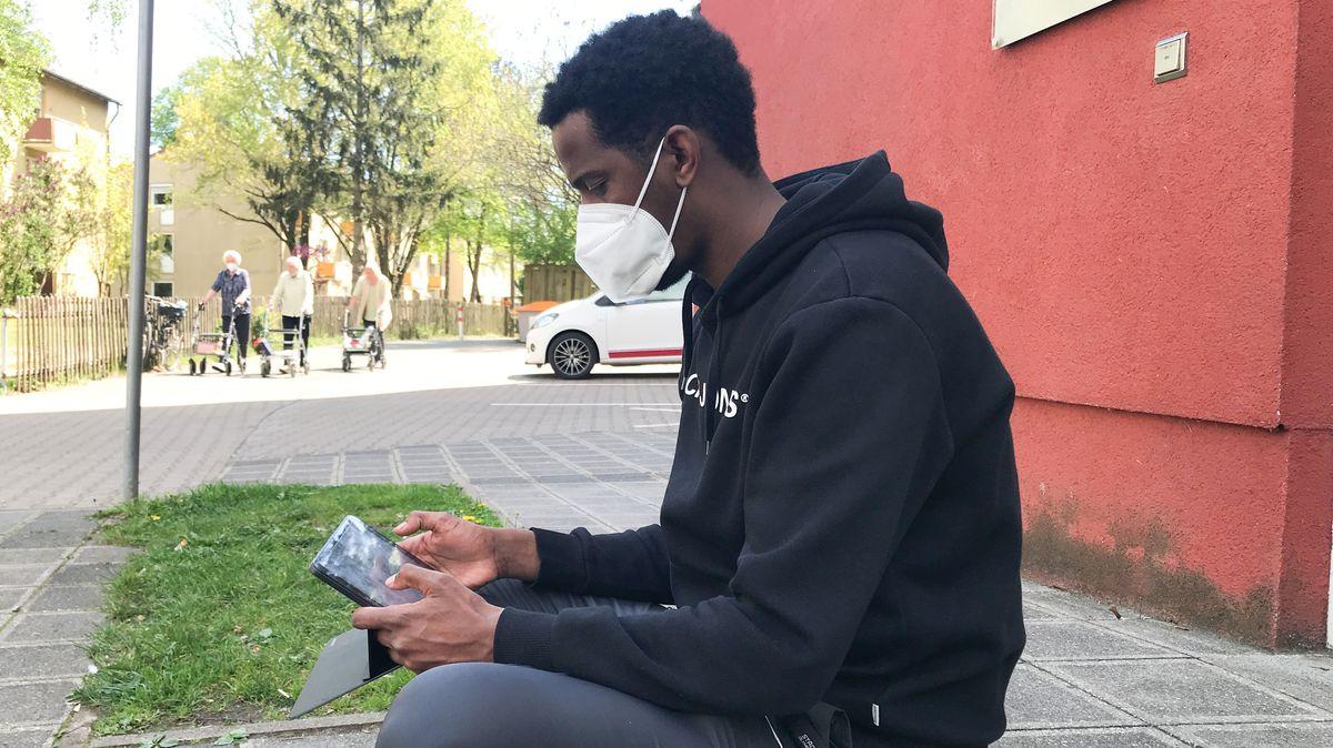 Flüchtling mit Tablet in der Hand