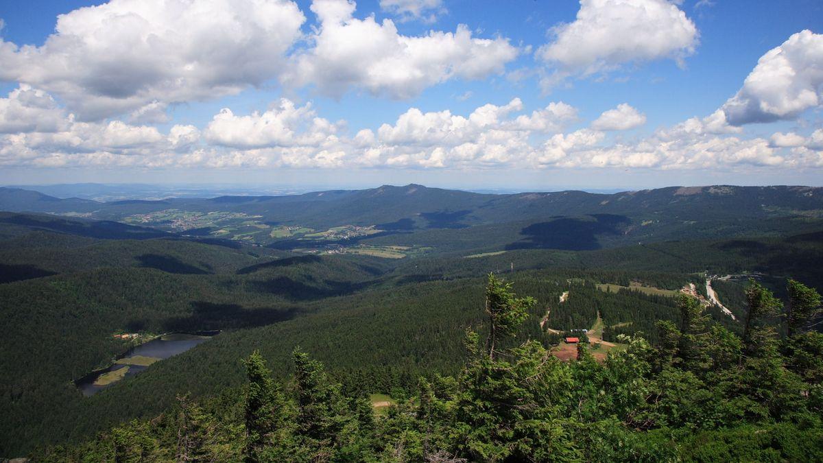 Blick vom Großen Arber über den Kleinen Arbersee in Richtung Norden.