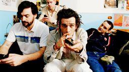 Die Band fläzt auf dem Sofa | Bild:Mara Palena/Picture Alliance