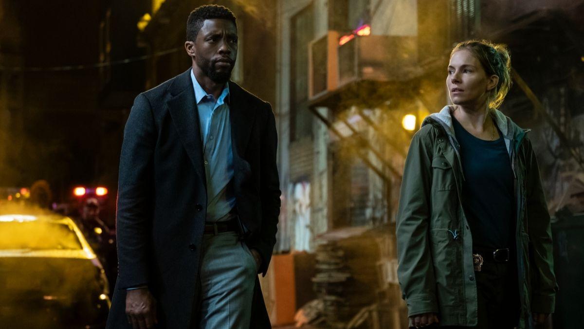 """Chadwick Boseman und Sienna Miller auf Killerjagd in """"21 Bridges"""" (Filmszene)."""