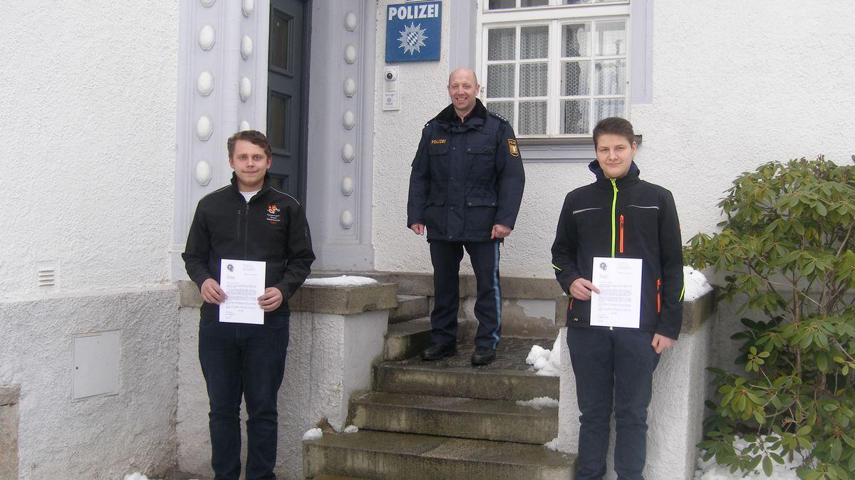 Johannes Haßfurter (rechts) und Marius Nachtmann zusammen mit dem Leiter der Polizeistation Waldmünchen Christian Pongratz.
