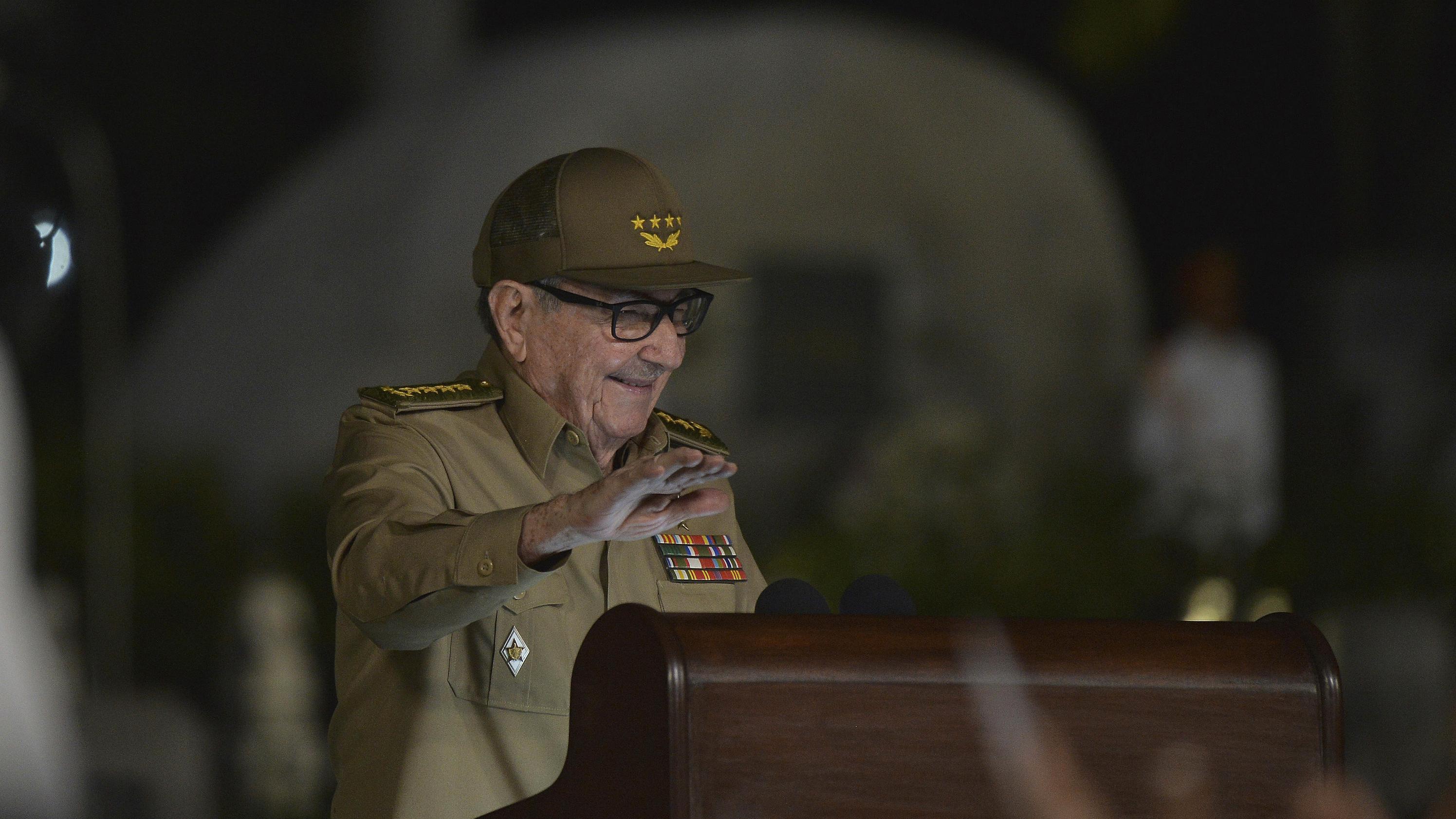 Raul Castro hält während der Feier zum 60. Jahrestag der Revolution eine Rede