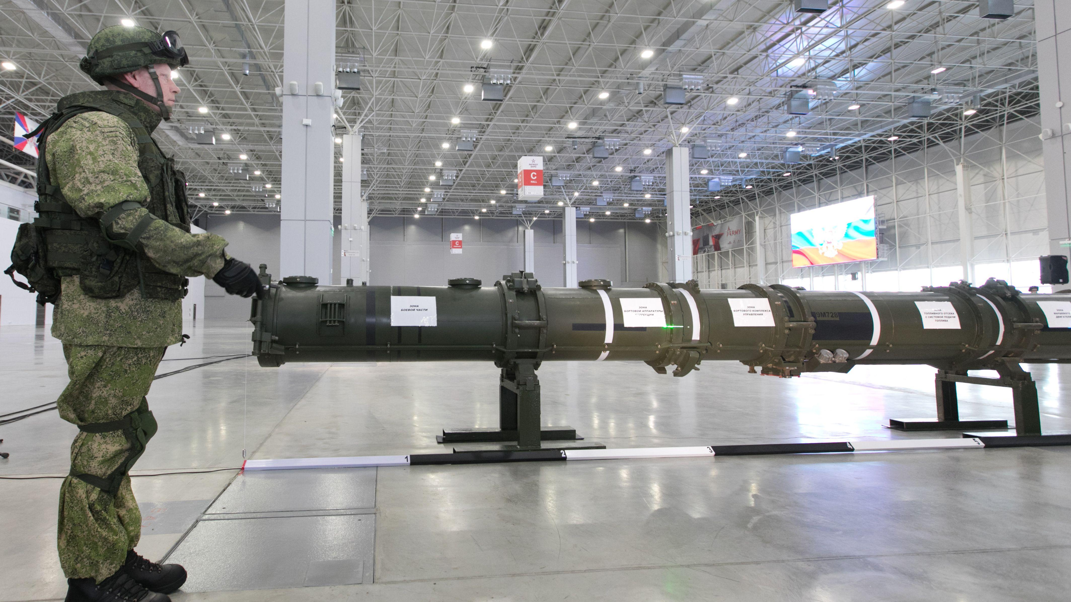 Am 23. Januar 2019 wurde in Moskau ein Raketenbehälter präsentiert, mit dem Russland die Welt davon überzeugen wollte: Die russische Land-Cruise-Rakete 9M729 fällt nicht unter den INF-Vertrag. Vertreter der USA sind anderer Ansicht.