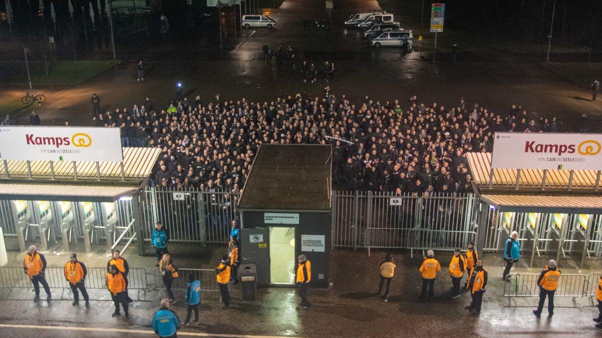 Ausgesperrte Fans beim Geisterspiel Borussia Mönchengladbach - 1. FC Köln im März