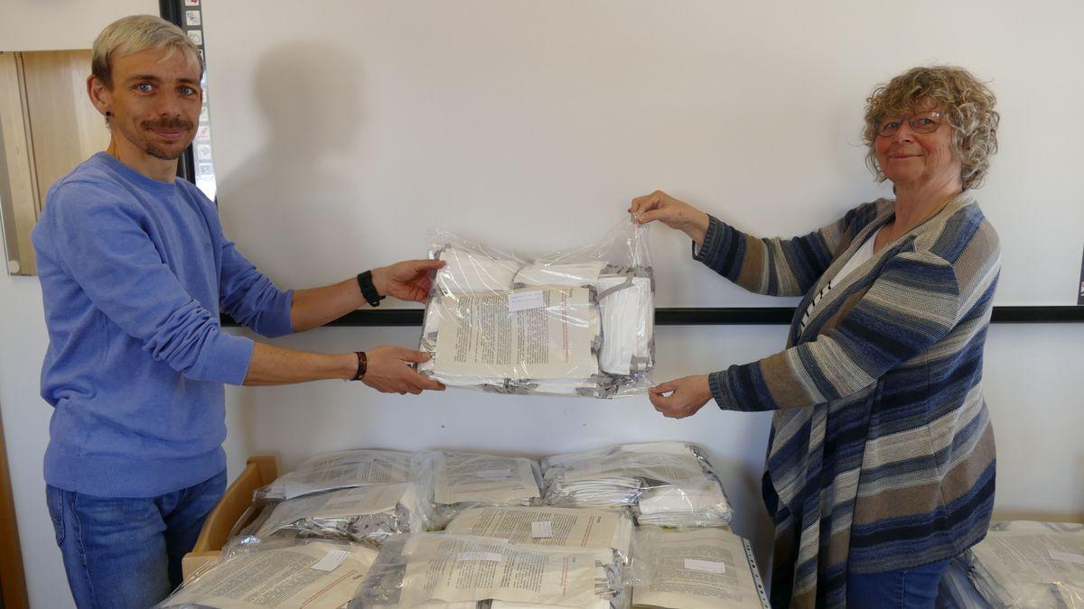 25 ehrenamtliche Näherinnen aus dem Landkreis Cham haben in den letzten beiden Wochen mehr als 8.000 sogenannter Community-Masken hergestellt.