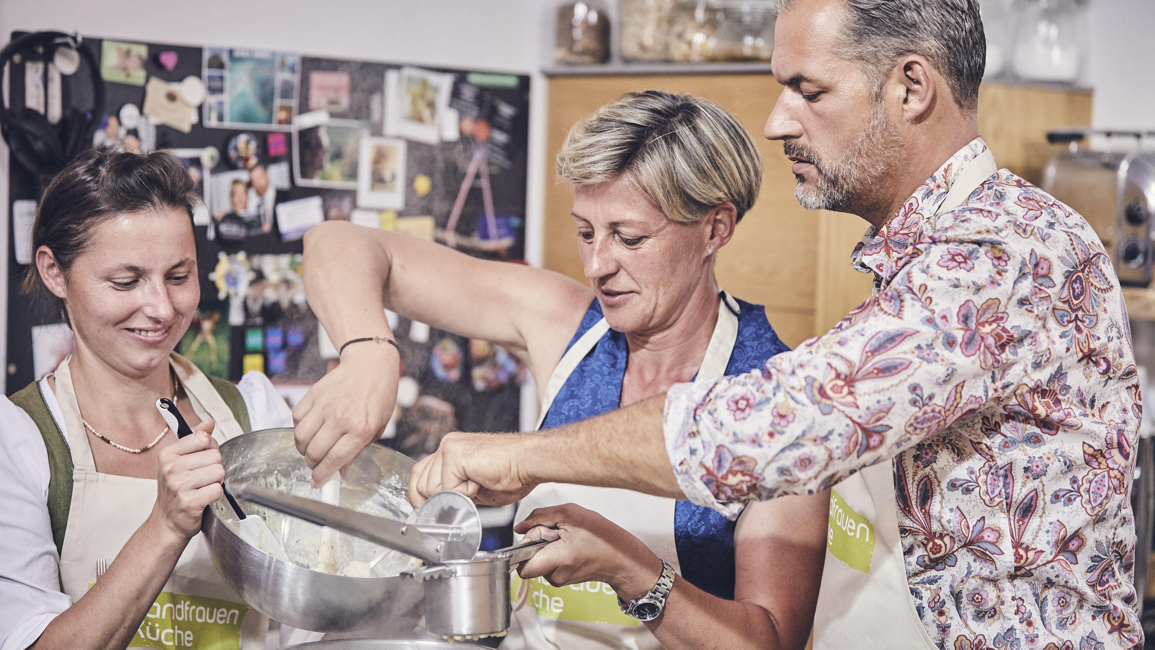 Mathilde Falter-Weiderer (Mitte) kocht im Finale zusammen mit dem Schauspieler Florian Wagner das Siegermenü