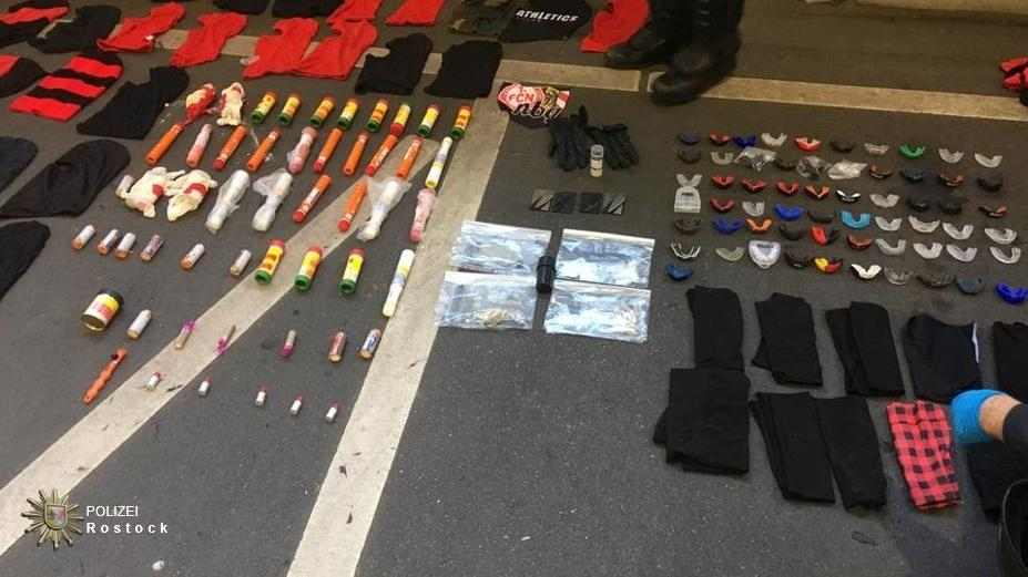 (v.L.) Skimasken, Pyrotechnik, Schlaghandschuhe, Reizgas und Mundschutz