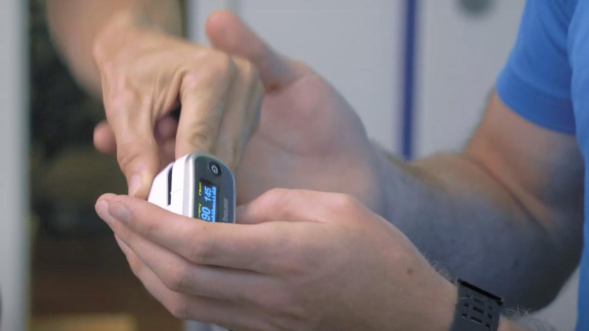 Mit einem Pulsoximeter wird der Trainingseffekt kontrolliert.