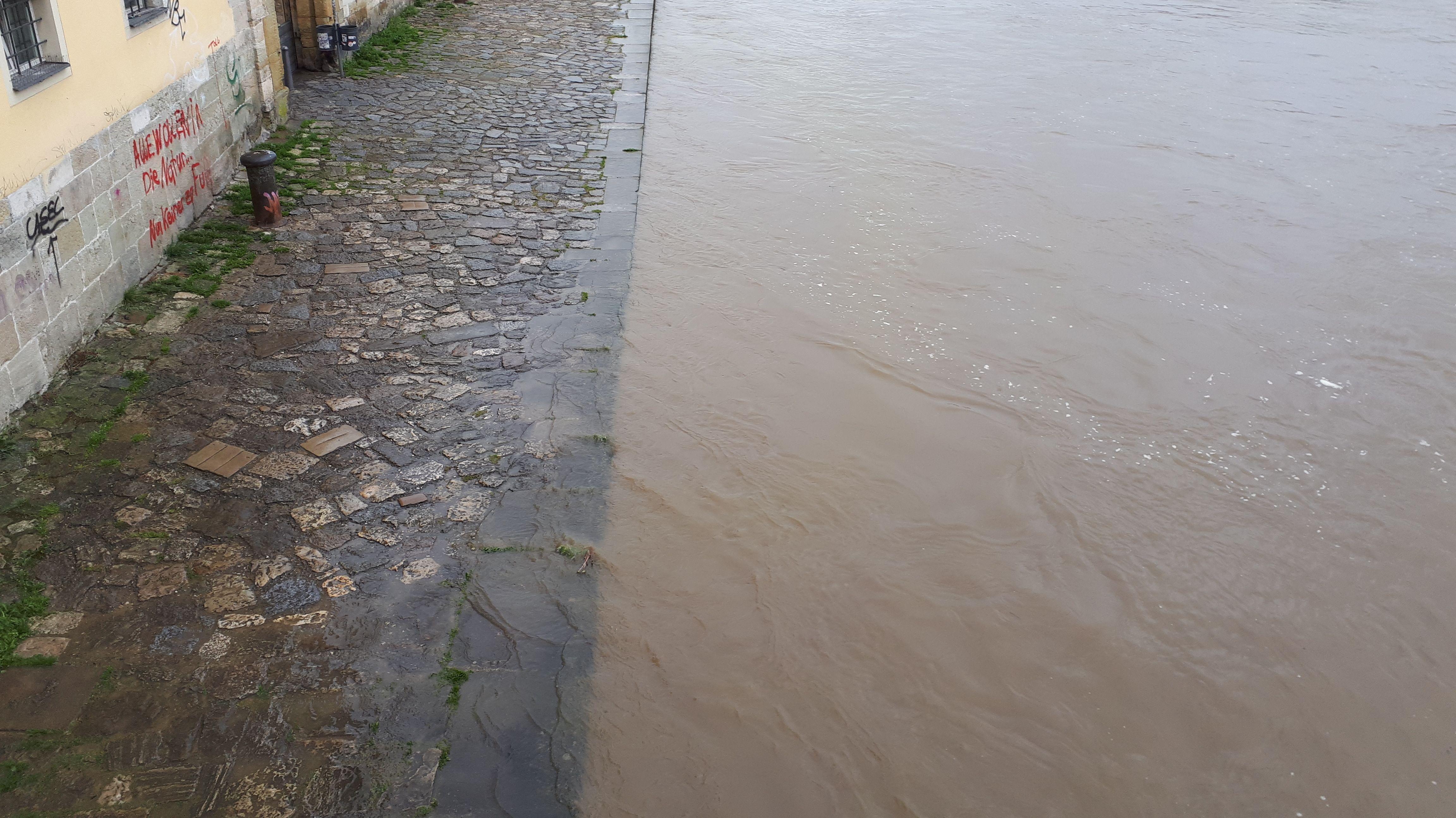 Die Donau schwappt in Regensburg bereits über das Ufer
