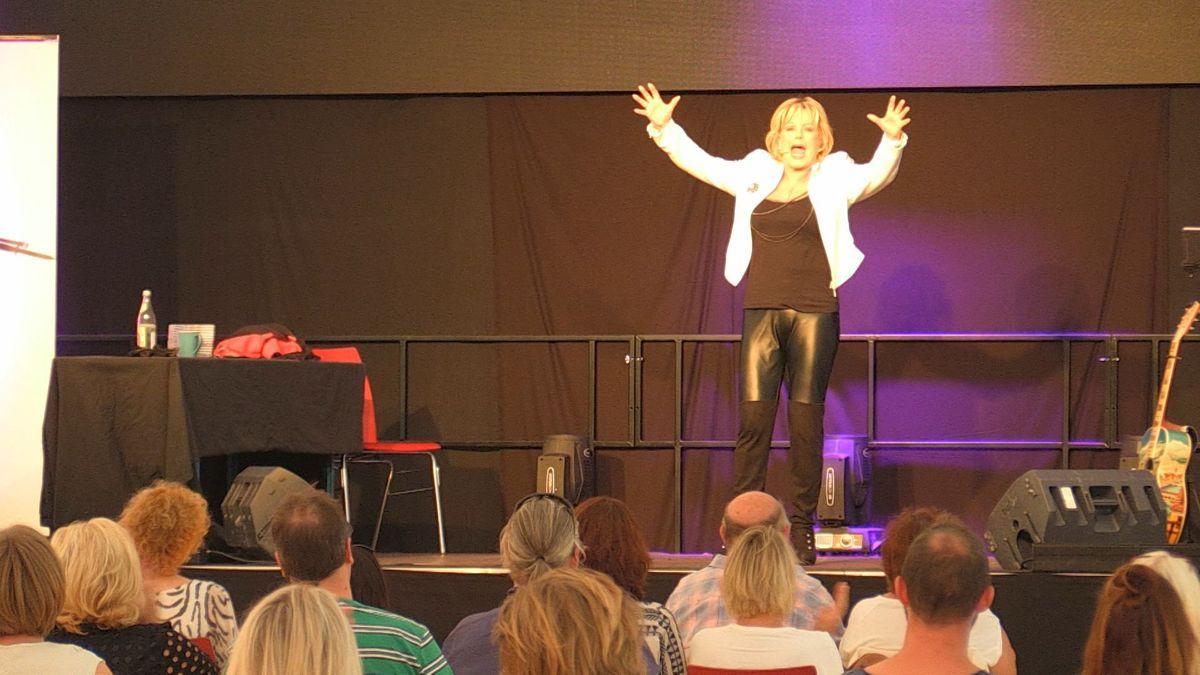 Die bayerische Kabarettistin Lisa Fitz gastierte kürzlich im Hangar 007