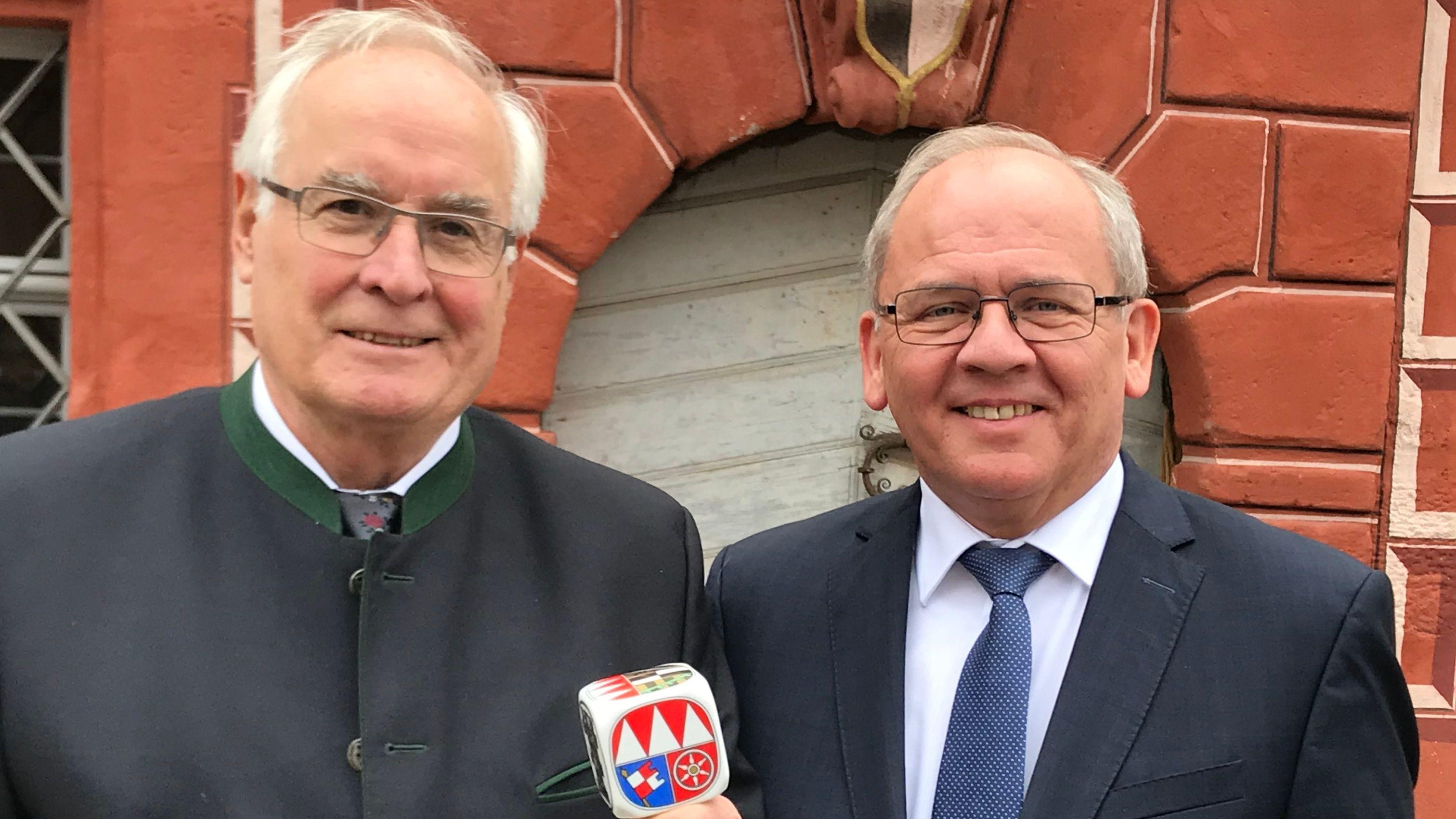 Der unterfränkische Heimatpfleger Karl-Heinz Wolbert (links) ist mit Frankenwürfel ausgezeichnet worden.