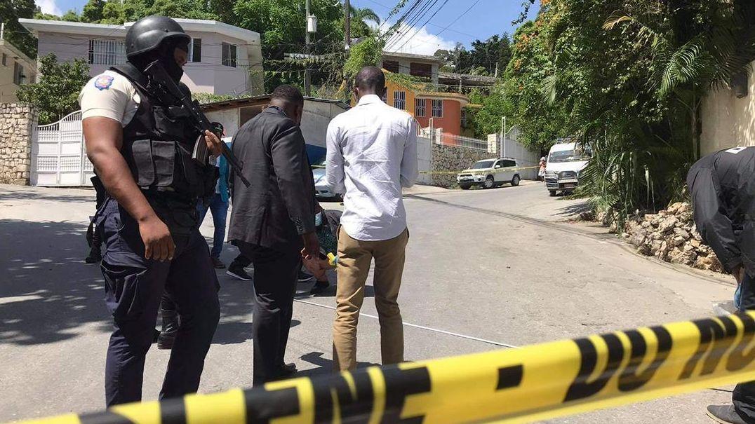 Sicherheitskräfte untersuchen den Tatort nach dem Anschlag auf Haitis Präsident Jovenel Moise in Port-au-Prince.