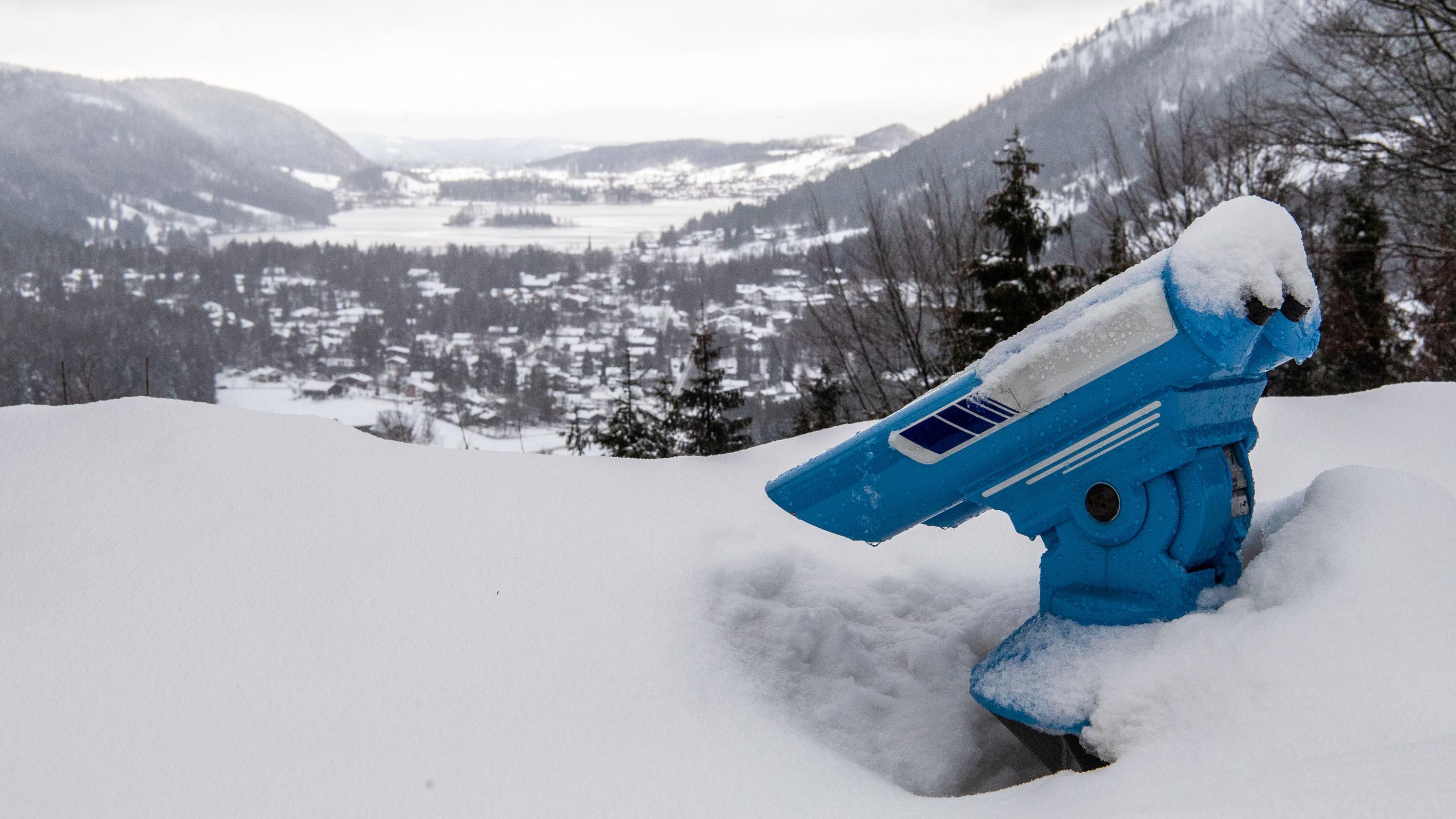 Bayern, Spitzingsee: Ein Fernglas steht an einem Aussichtspunkt im meterhohen Schnee