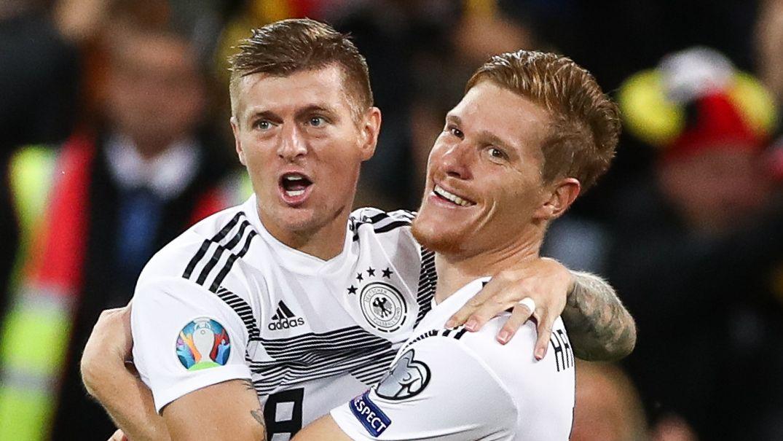 Toni Kroos und Marcel Halstenberg jubeln nach dem 1:0