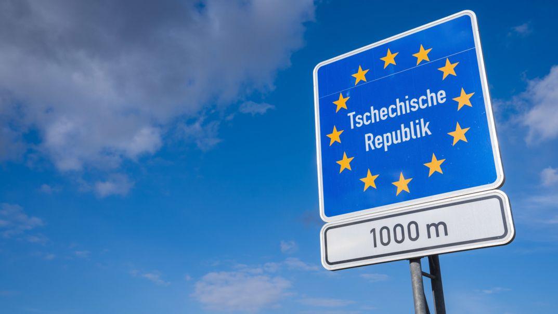 Ein Schild weist auf die Grenze der Tschechischen Republik in 1.000 Metern Entfernung hin