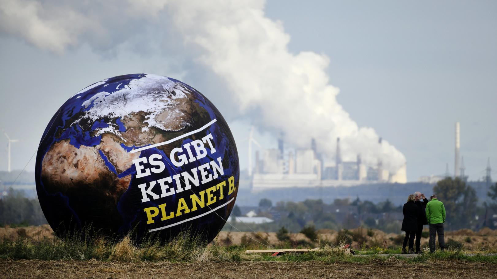 Ballon beim Landesparteitag der Grünen vor Braunkohlekraftwerken
