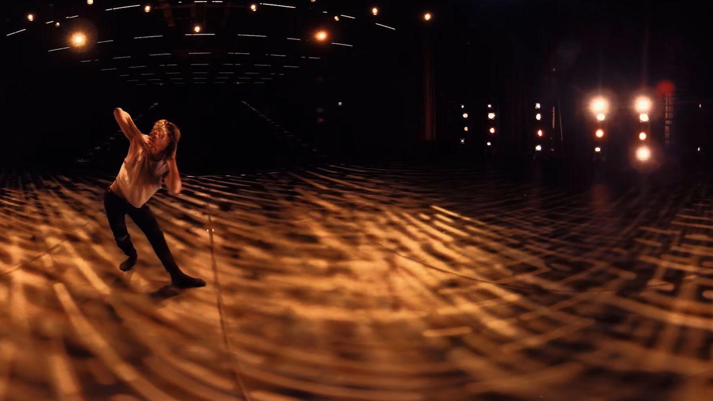 """Tänzer in einer Lichtumgebung, aufgenommen mit einer 360°-Kamera für eine VR-Brille (Szenenbild """"Shifting perspective"""")"""