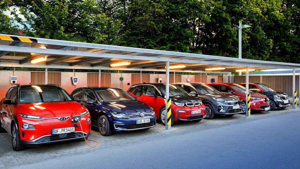 E-Autos in einer Reihe am Teststand des ADAC
