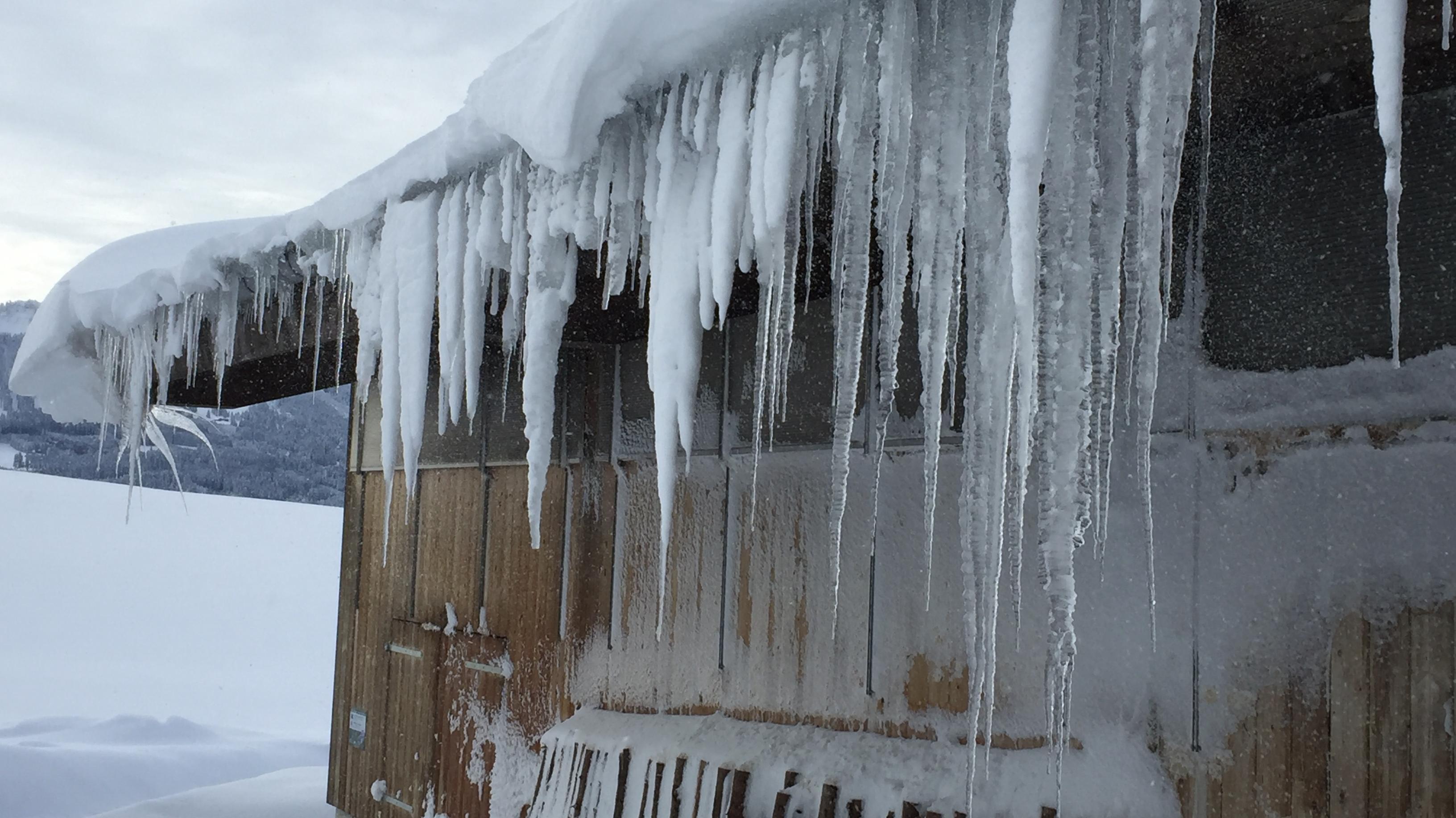 Weiler Bichel bei Maria Rain: Eiszapfen an einem Stallgebäude