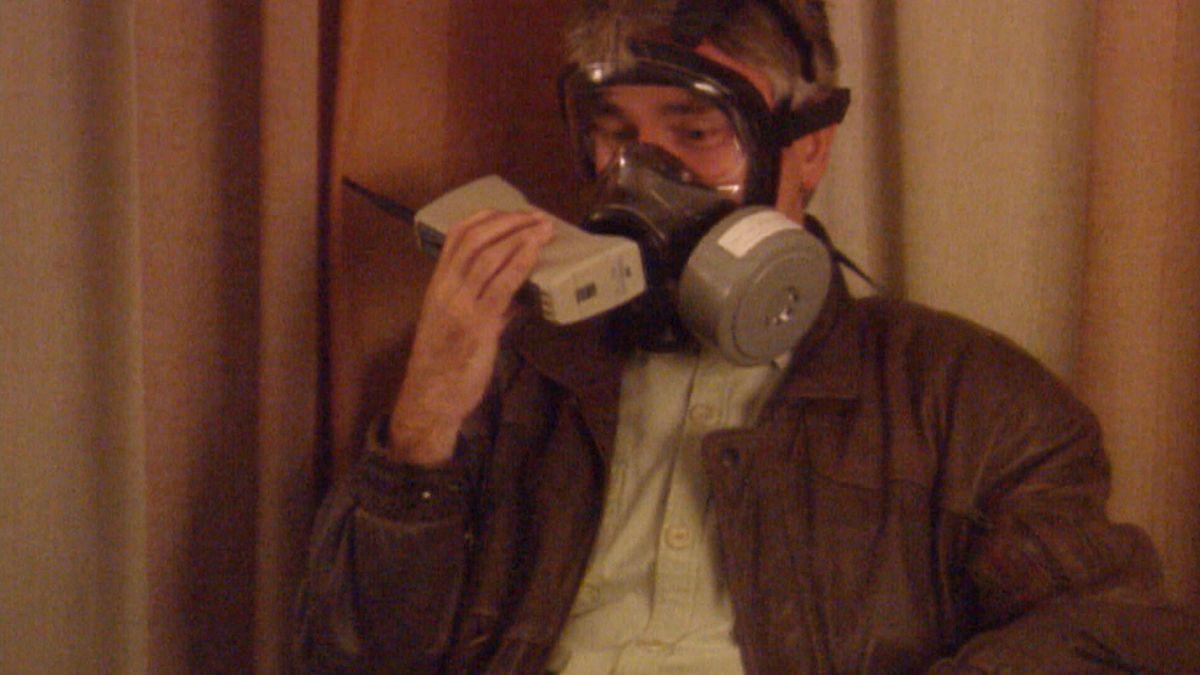 Neben ihm saßen alle aus Sicherheitsgründen aus Tel Aviv abgezogenen Studio-Mitarbeiter und deren Familienangehörigen – ebenfalls mit Gasmasken.