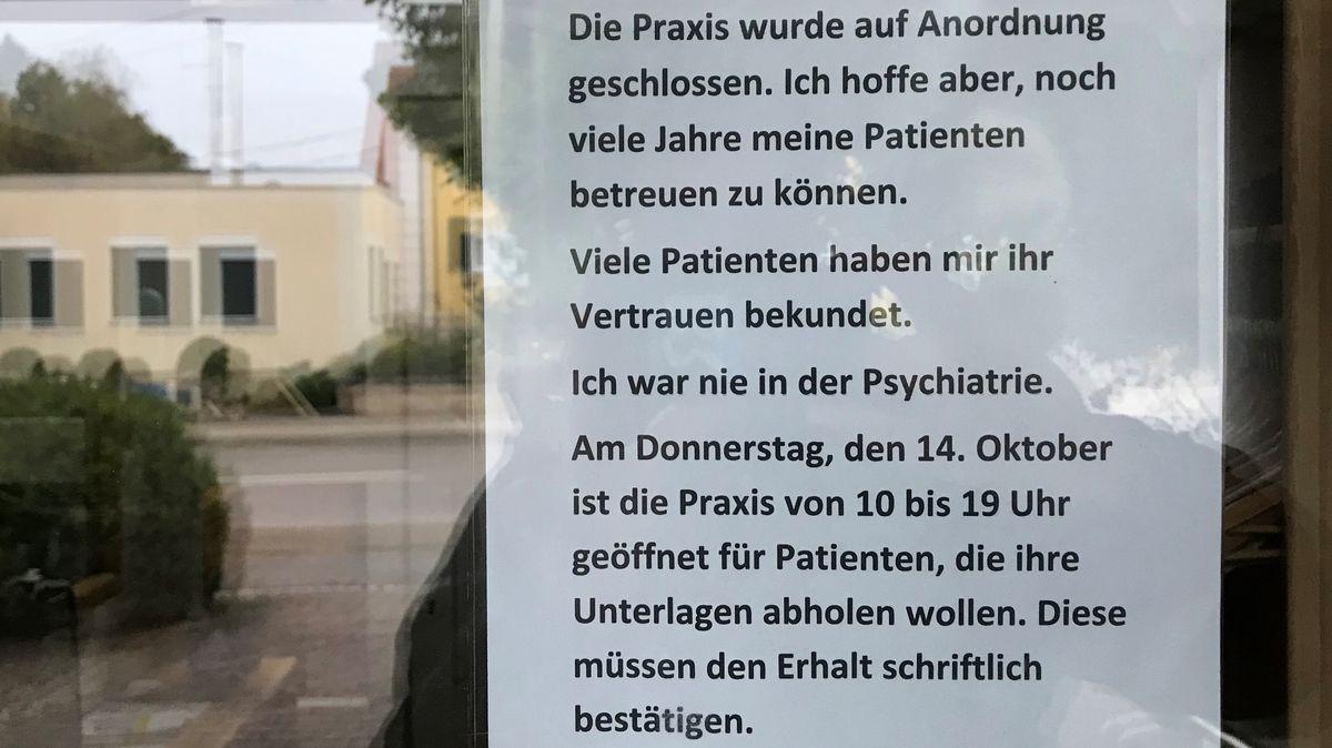 Umstrittener Wemdinger Hausarzt nimmt erstmals mit einem Aushang zur Schließung seiner Praxis Stellung.