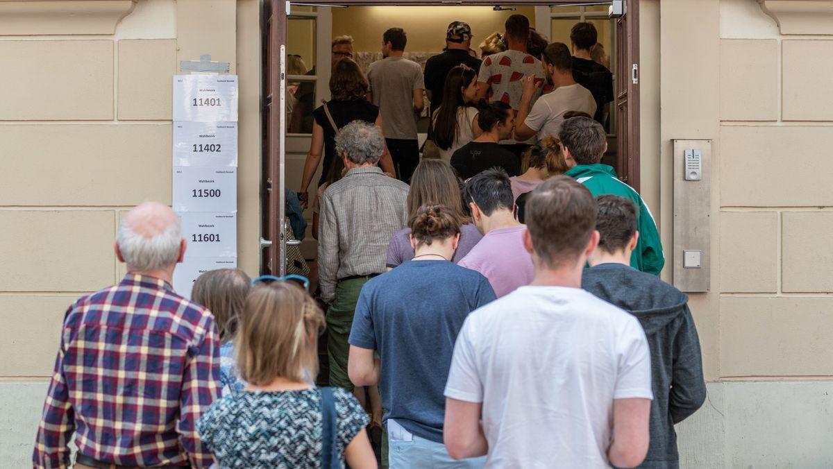 Eine Schlange von Menschen vor einem Wahllokal.
