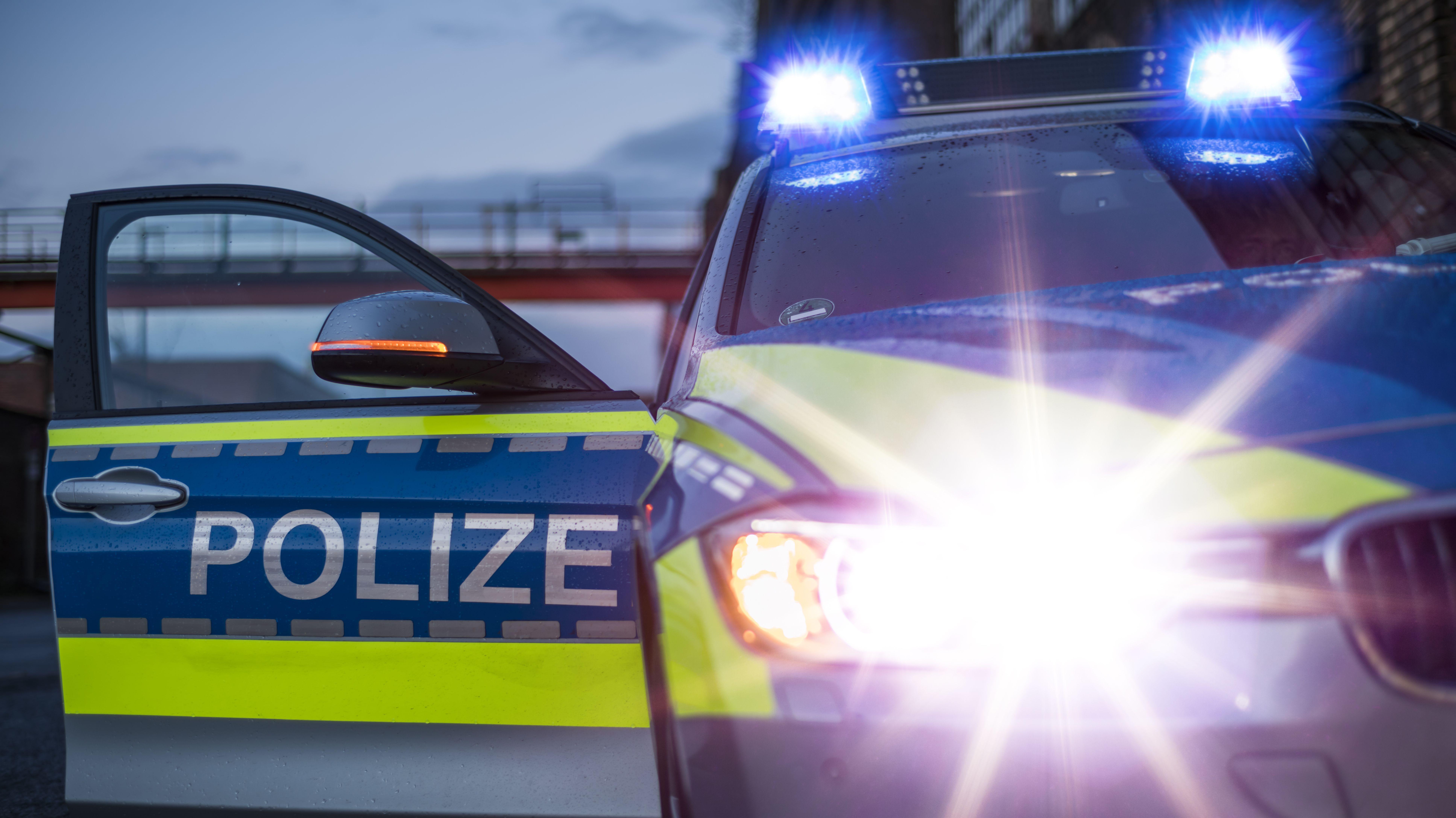 Streifenwagen der Polizei mit Blaulicht