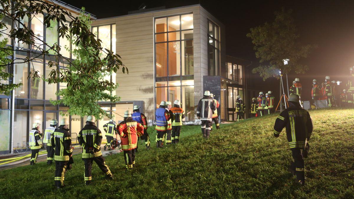 Mehrere Feuerwehrleute auf einer Wiese vor dem Dietmannsrieder Seniorenheim