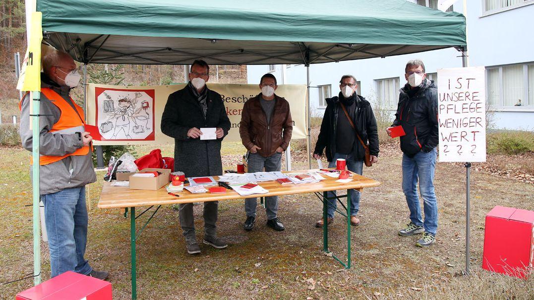 Protestaktion der Gewerkschaft Verdi vor der Helios-Klinik in Erlenbach