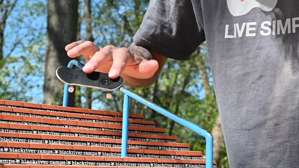 Ein Fingerboard auf einer Ramp