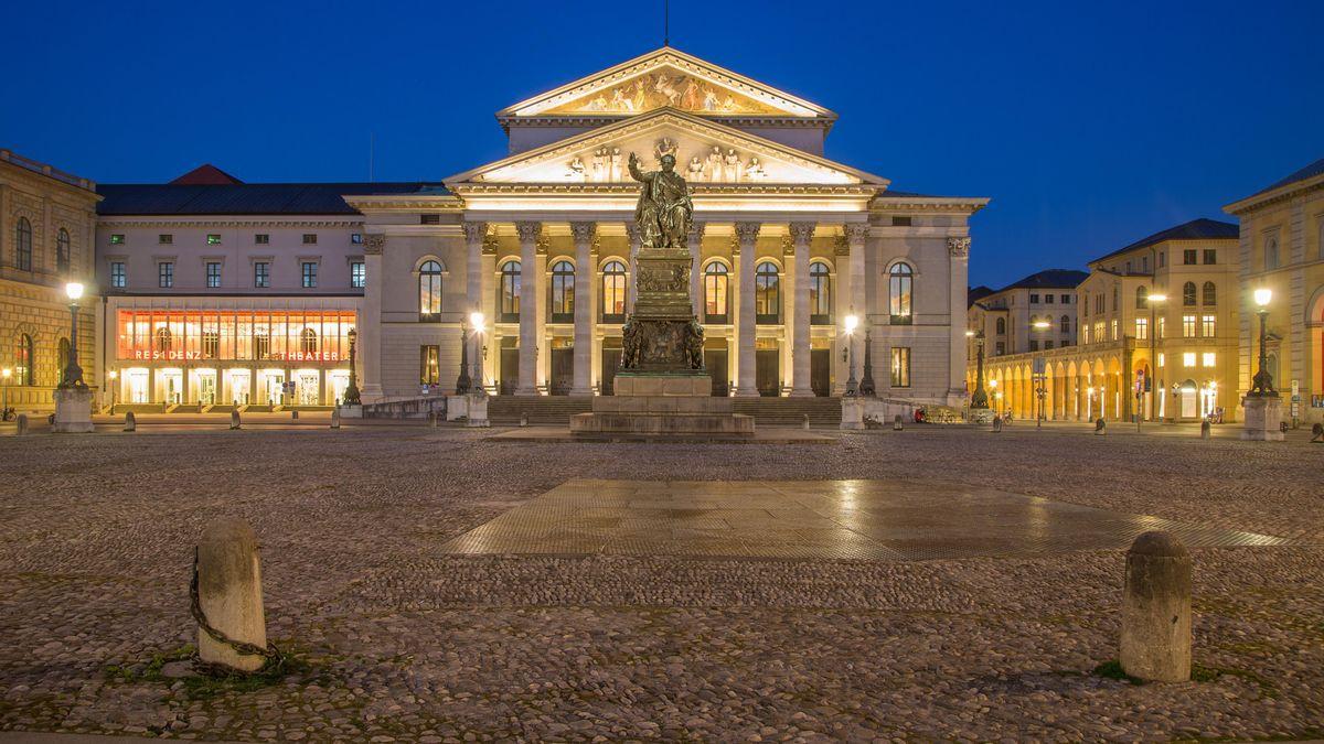 Das Bayerische Nationaltheater beleuchtet im Abendlicht.