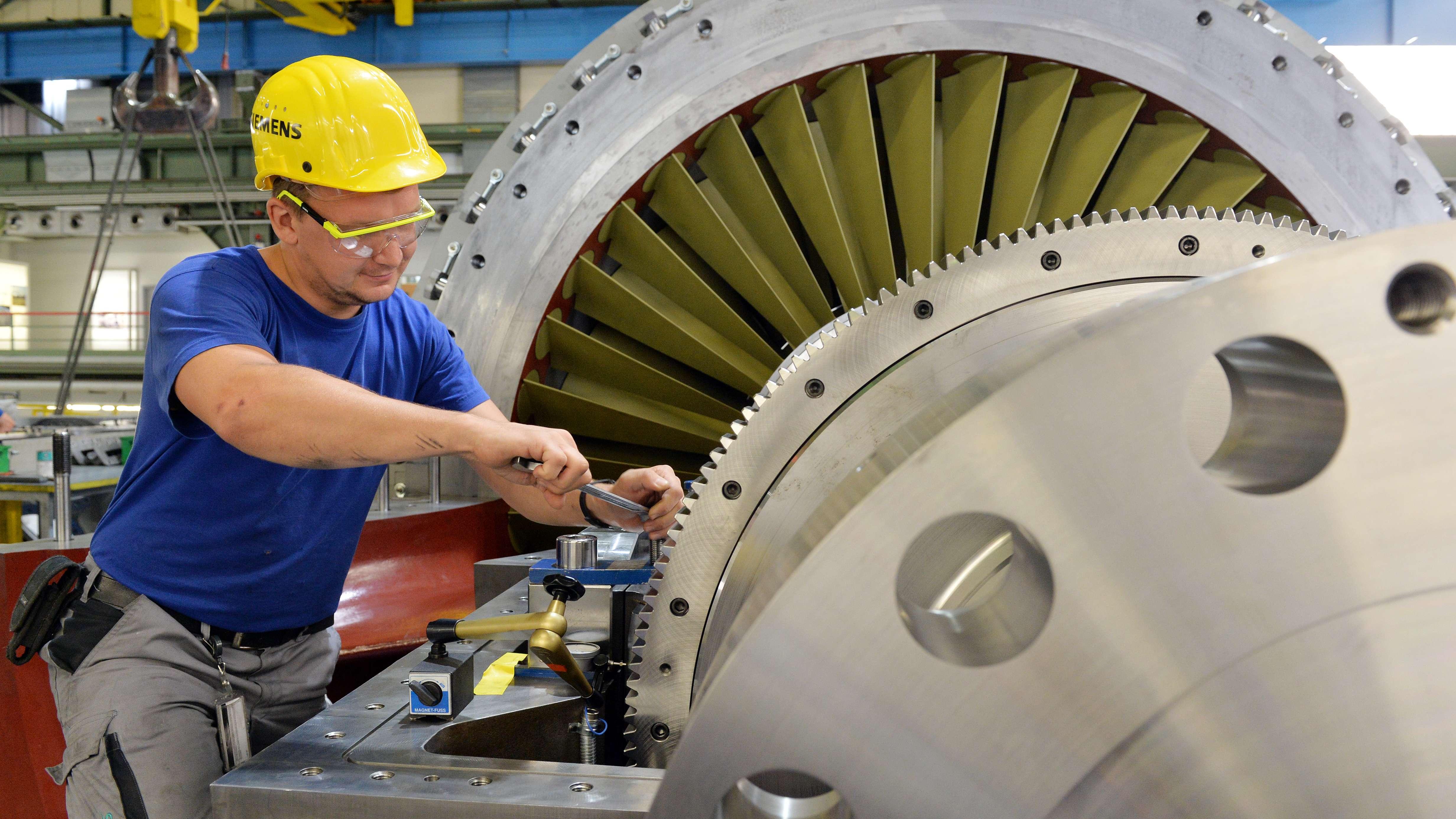 Siemens-Facharbeiter montiert im Berliner Gasturbinenwerk eine Turbine in der Endmontage