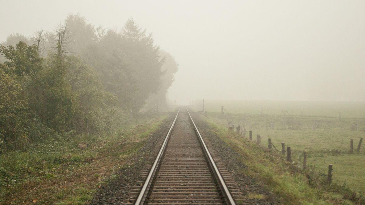 Zuggleise im Nebel