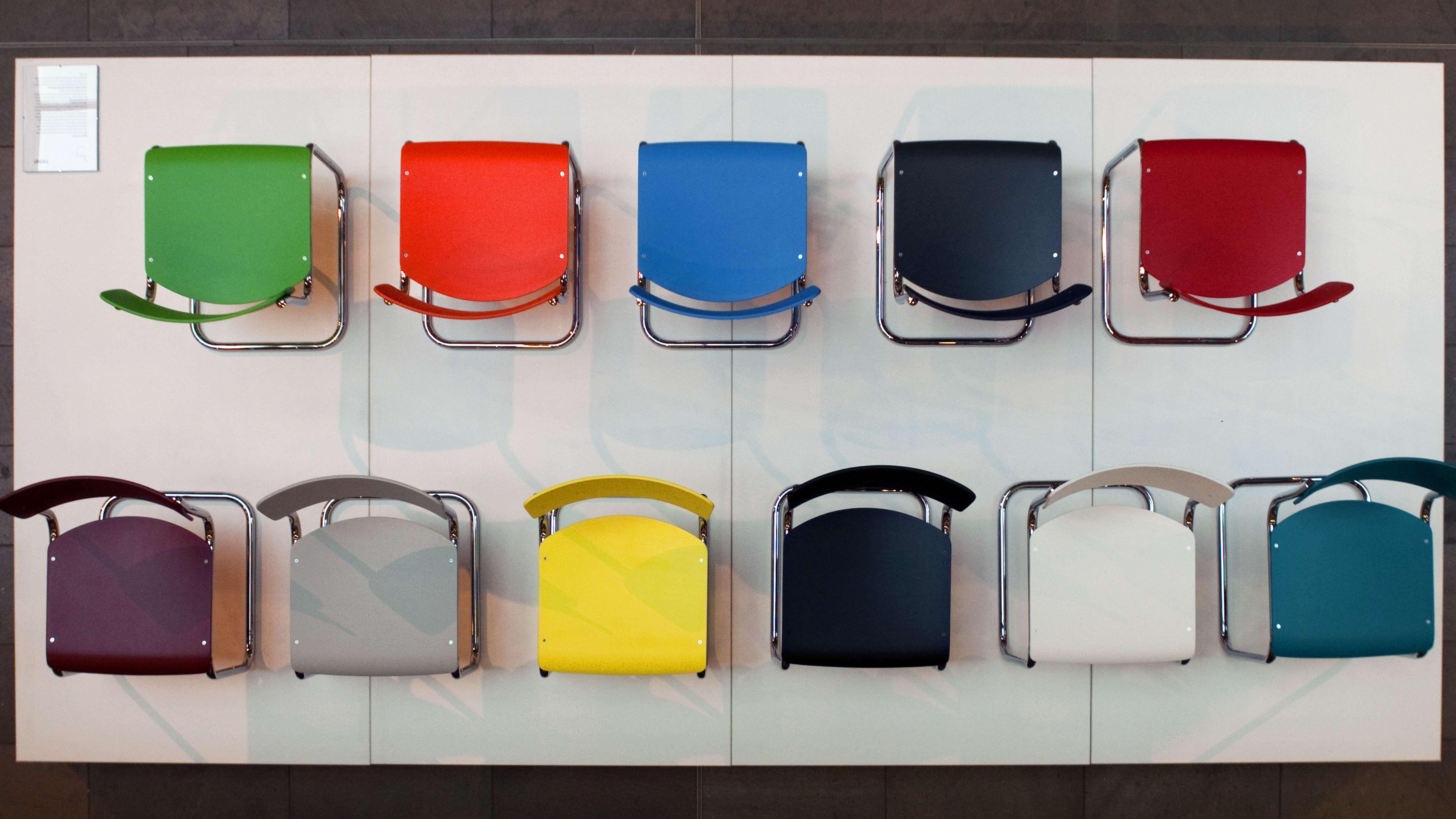 Das ist der Thonet Stahlrohrmöbel Klassiker in allen Farben. Es handelt sich um das Model S43 von Bauhauskünstler Mart Stam.