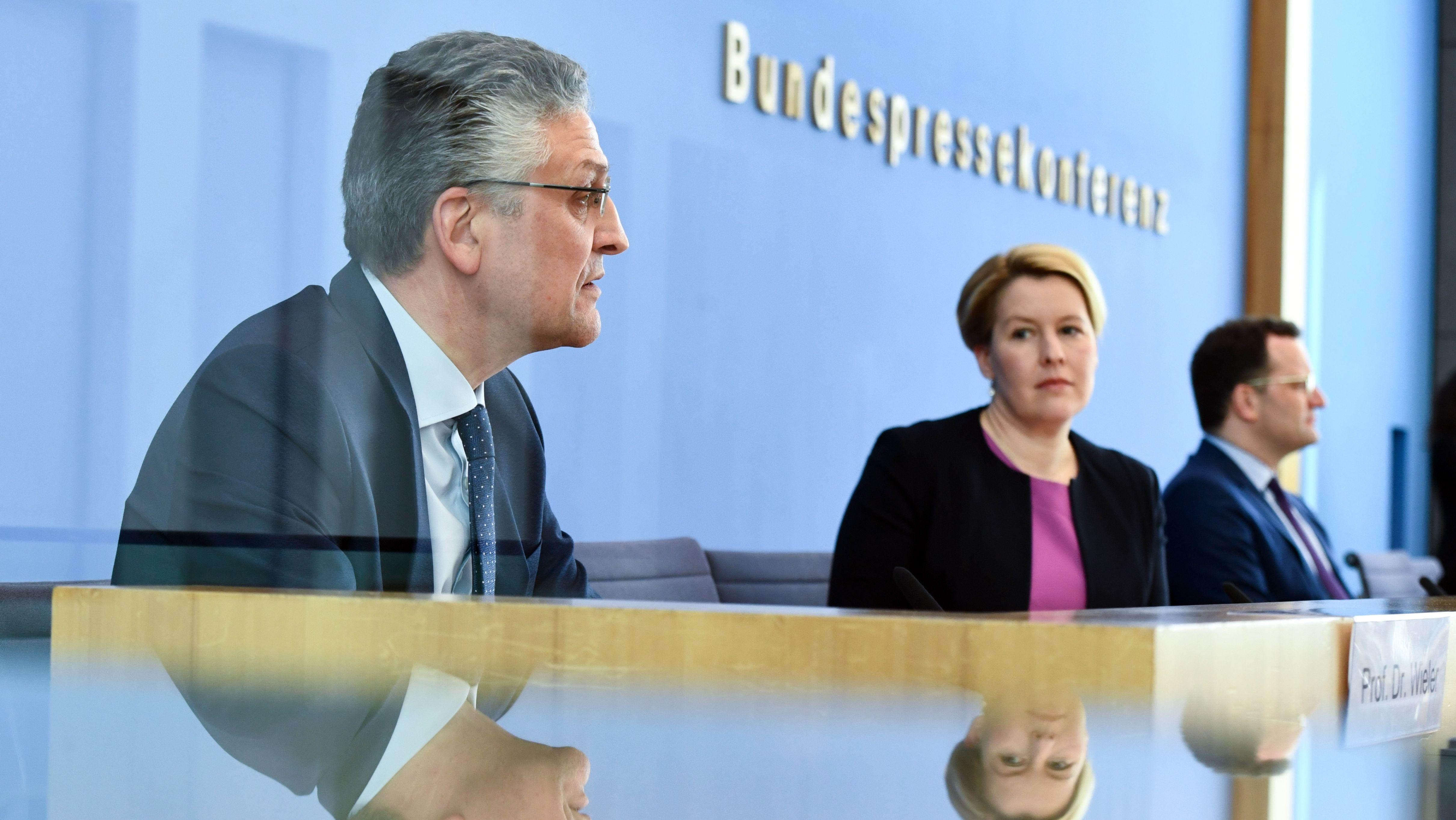 Gesundheitsminister Jens Spahn (CDU, re.), Familienministerin Franziska Giffey (SPD) und RKI-Präsident Lothar Wieler