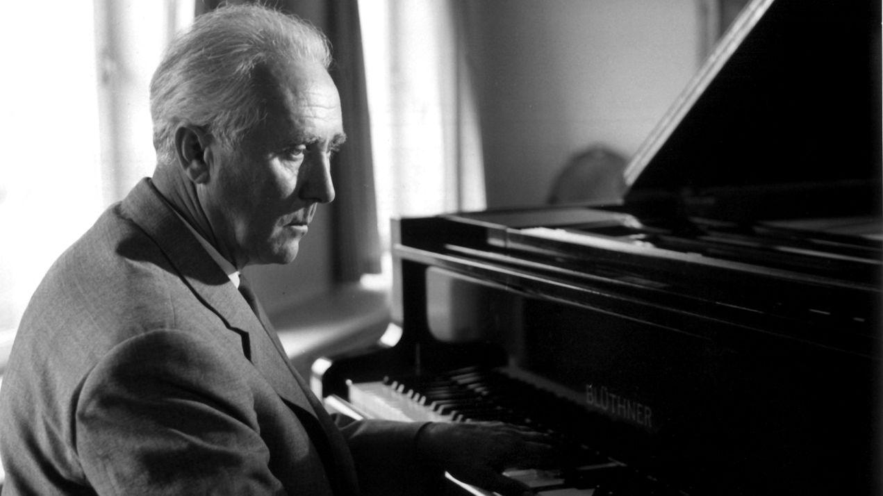 Komponist Werner Egk im Jahr 1963 in seinem Haus in Lochham bei München am Klavier