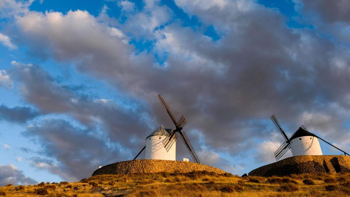 Alte Windmühlen im Abendlicht. Die historischen Bauwerke in der Nähe der spanischen Gemeinde Consuegra inspirierten Miguel de Cervantes für den Roman Don Quijote.