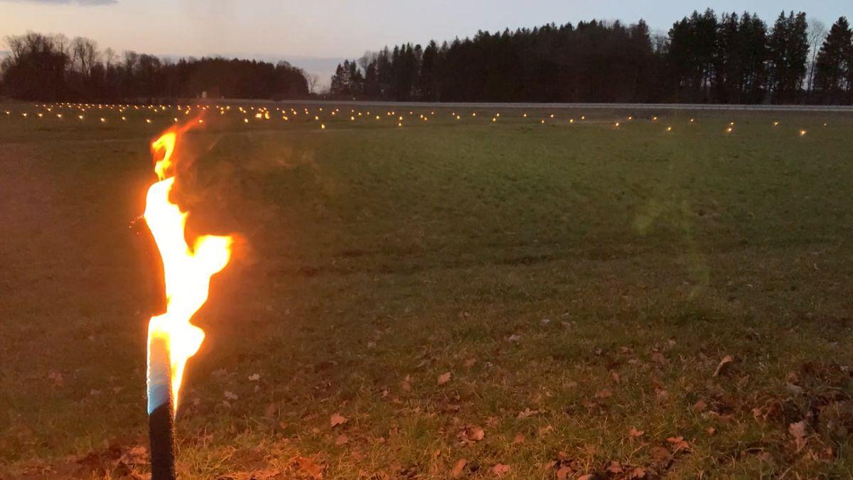 Mit einer Feuerkette haben Bürger-Initiativen gegen den geplanten Bahnneubau im Inntal protestiert