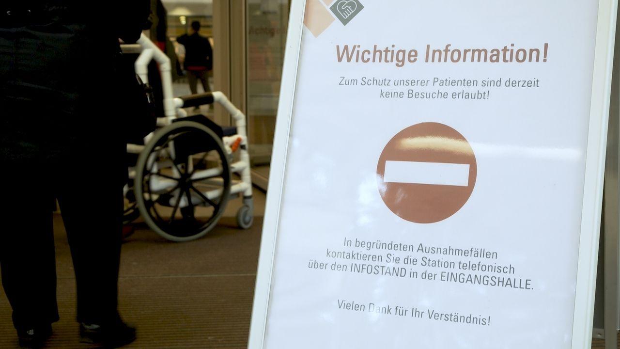 Schild in Augsburger Uniklinik mit Hinweis, dass die Klinik für Besucher gesperrt ist.