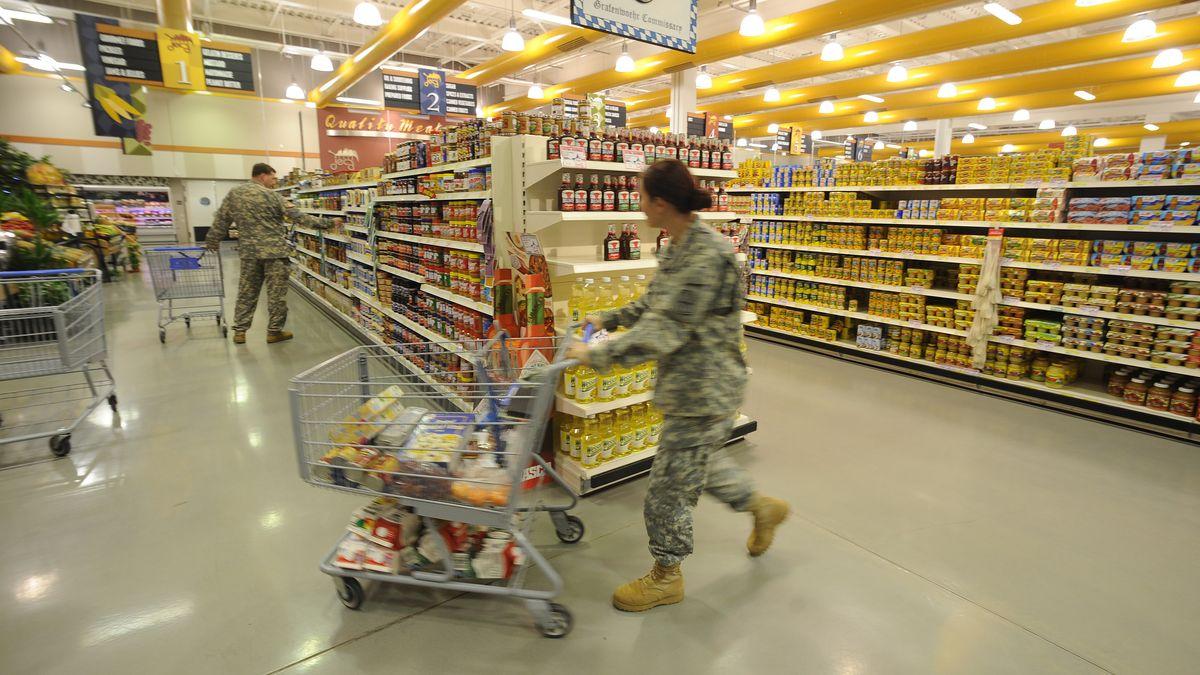 Soldaten mit Einkaufswagen