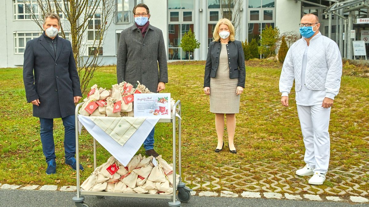 Andreas Scheuer mit Werkleiter, ärztlicher Direktorin und Pflegedirektor bei der Plätzchen-Übergabe