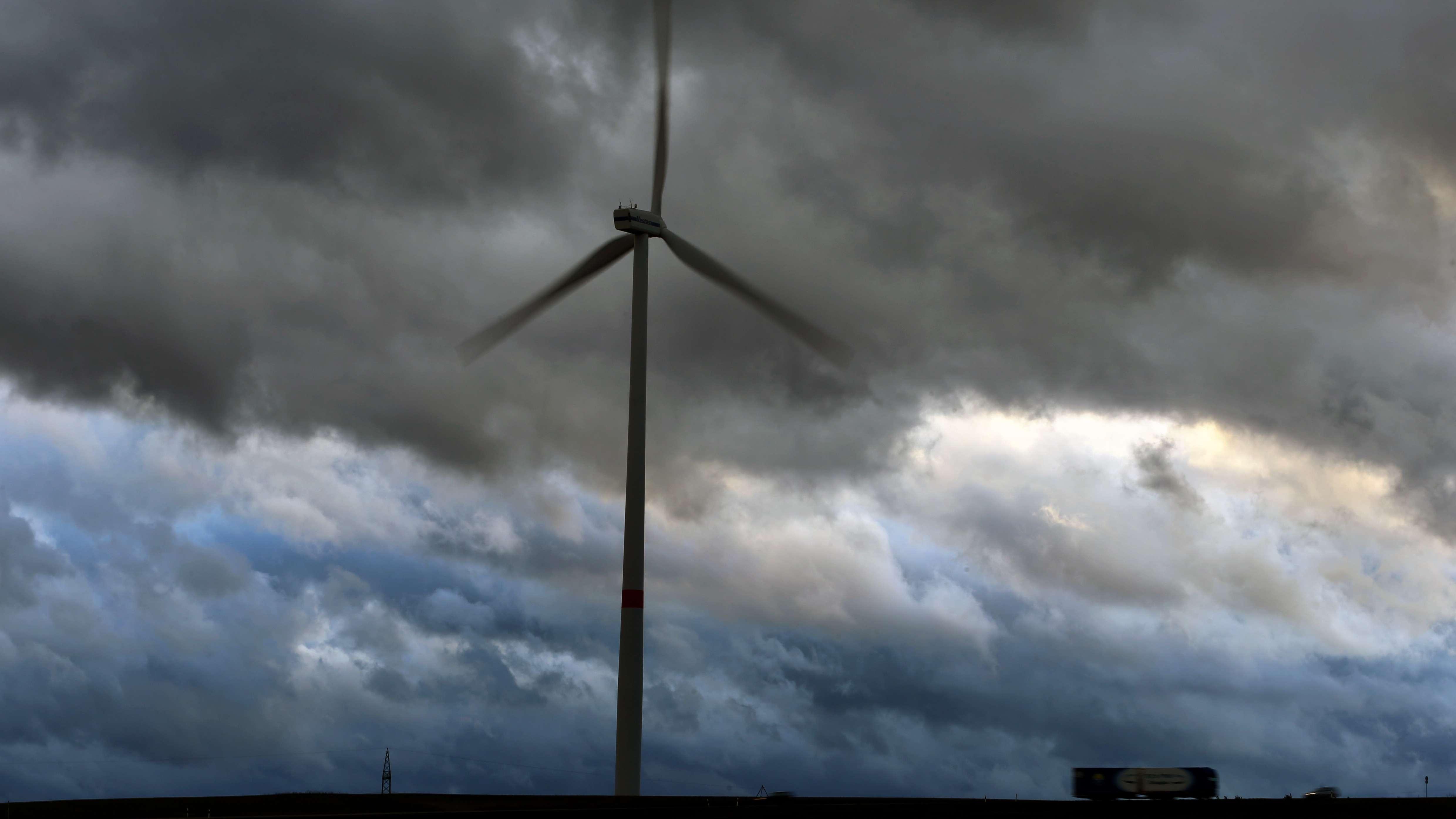 Symbolbild: Windrad in Bayern während eines Sturmes