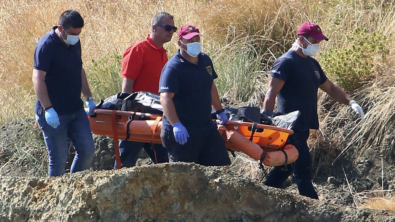 Zypern, Nikosia: Polizeibeamte tragen eine Leiche in der Nähe des Dorfes Xiliatos auf einer Bahre