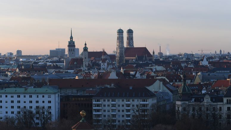 Blick vom Gasteig über die Dächer der Landeshauptstadt auf die Frauenkirche. | Bild:picture alliance/dpa | Felix Hörhager